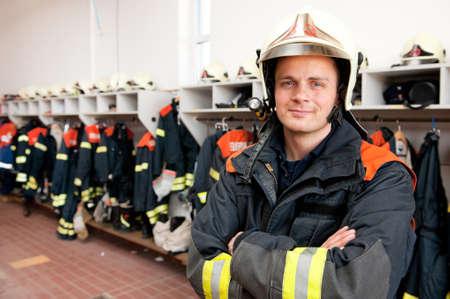 voiture de pompiers: Image ? partir d'un pompier jeune et r?ussir au travail Banque d'images