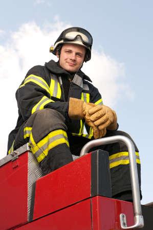 bombero de rojo: Imagen de un bombero joven y exitoso en el trabajo Foto de archivo