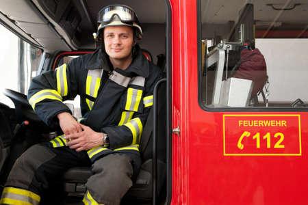 Foto van een jonge en succesvolle brandweerman op het werk