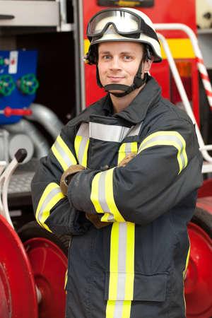 departamentos: Imagen de un bombero joven y exitoso en el trabajo Foto de archivo
