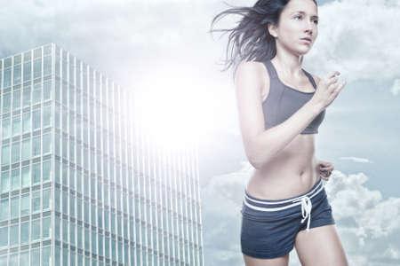 estilo urbano: Mujer joven corriendo delante de estilo urbano