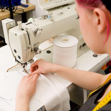 maquina de coser: Modista con la máquina de coser en su taller