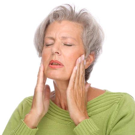 Retrato de cuerpo aislado de una mujer mayor con dolor de muelas