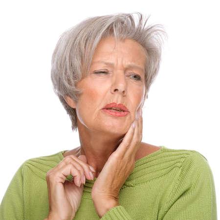 dolor de muelas: Retrato de cuerpo aislado de una mujer mayor con dolor de muelas