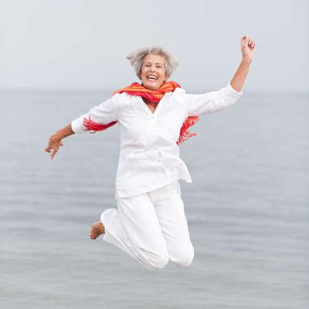 mujer alegre: Mujer mayor activo y feliz