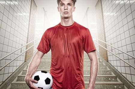 tunel: Joven jugador de fútbol en el túnel de gris