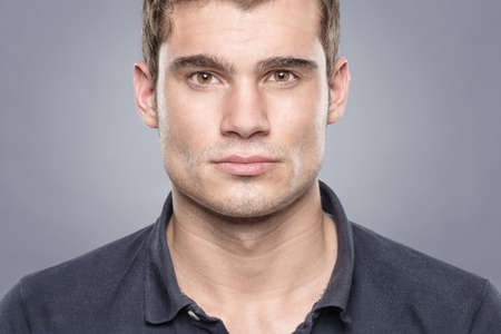 visage homme: Portrait d'un sportif en face de fond bleu Banque d'images