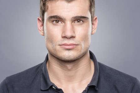 viso uomo: Ritratto di un atleta di fronte a sfondo blu Archivio Fotografico