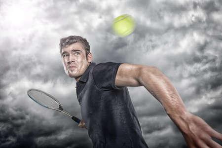 tenis: Jugador de tenis en el frente de cielo dram�tico