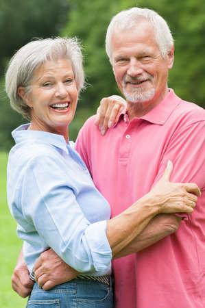 mujeres mayores: Feliz pareja senior y sonriente en el amor