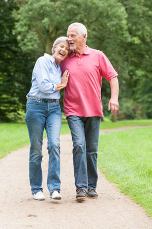 parejas caminando: Caminar matrimonios de edad activa y feliz en el parque