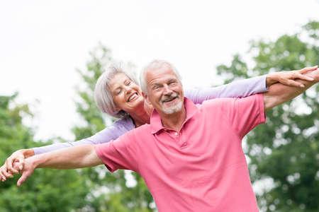 adulto mayor feliz: Feliz pareja senior y sonriente en el amor