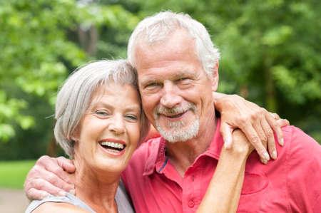 ancianos felices: Feliz pareja senior y sonriente en el amor