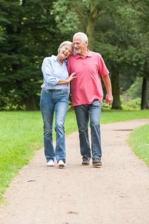ancianos caminando: Caminar matrimonios de edad activa y feliz en el parque