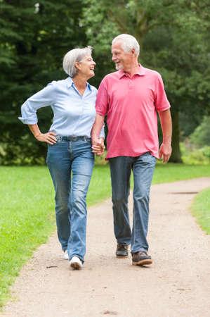 pareja saludable: Caminar matrimonios de edad activa y feliz en el parque