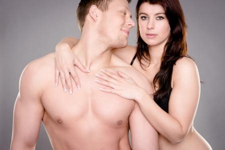 pareja desnuda: Pareja joven y feliz delante de fondo blanco Foto de archivo