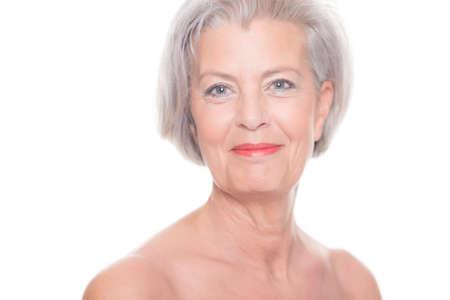 mujeres ancianas: Retrato de una mujer mayor delante de fondo blanco Foto de archivo