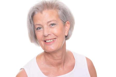 abuela: Sonriente mujer mayor delante de fondo blanco