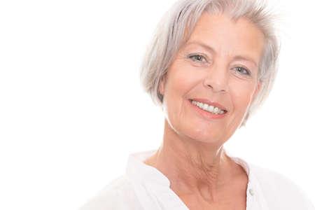 mujer sola: Sonriente mujer mayor delante de fondo blanco
