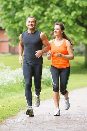 ジョグ: 公園で走っているスポーツ カップル 写真素材