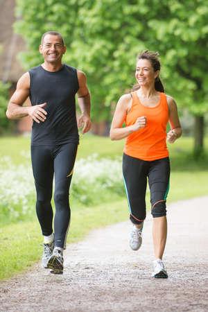 hombres corriendo: Pareja deporte que se ejecuta en el parque Foto de archivo