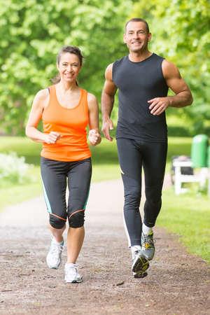 pareja saludable: Pareja deporte que se ejecuta en el parque Foto de archivo