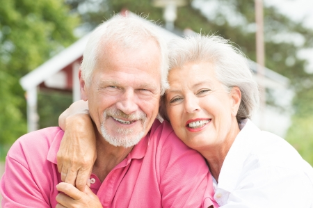 Gelukkig en lachende senior paar op het strand Stockfoto