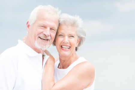 Happy and smiling couple in front of cloudy sky Imagens