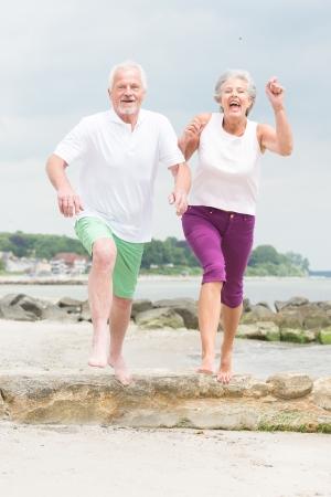 Actieve en sportieve senior paar op het strand