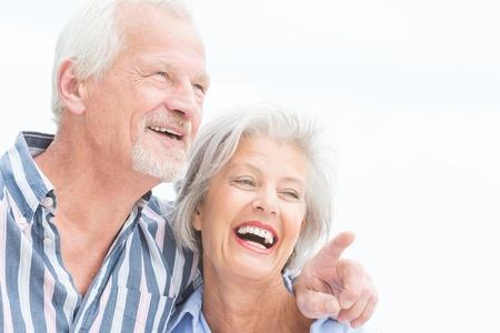 흐린 하늘 앞의 행복 한 수석 커플의 초상화 스톡 콘텐츠 - 20600077