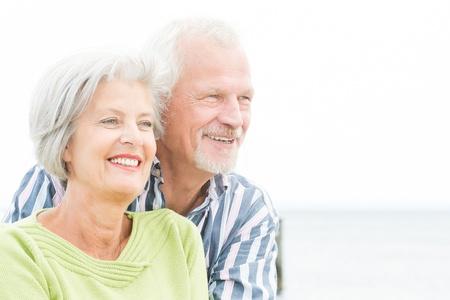Portret van een gelukkige senior paar voor bewolkte hemel
