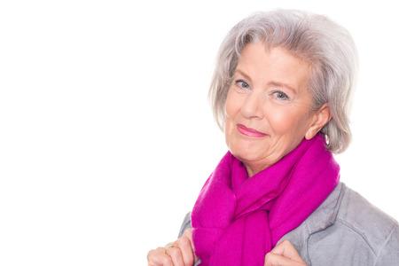Portrait von einer lächelnden älteren Frau vor weißem Hintergrund