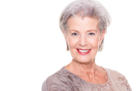 Gelukkig en succesvol senior vrouw met trui voor witte achtergrond
