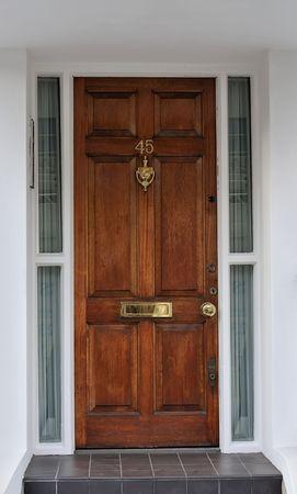 puertas viejas: Puerta de madera de lujo al apartamento en Londres Foto de archivo