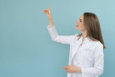 Doctor points to a list on a blue background Banque d'images