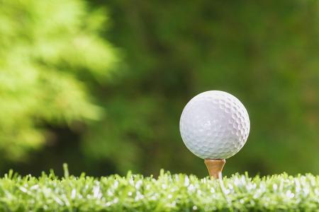 Golfbal op de tee pinnen Stockfoto