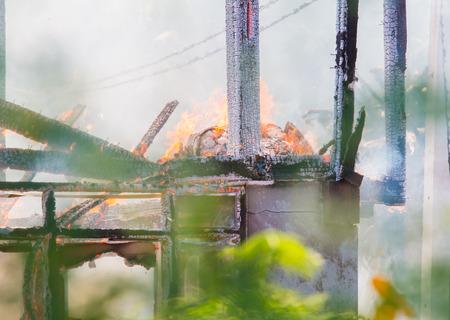 incendio casa: Fuego de la casa durante el d�a.