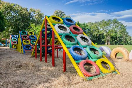 niños reciclando: Parque infantil construido con neumáticos viejos para los niños juegue. El reciclaje de neumáticos viejos