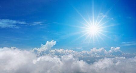 Hermoso sol brilla sobre el cielo azul con nubes en el día Foto de archivo