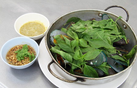 mussel: Baked green mussels in pot