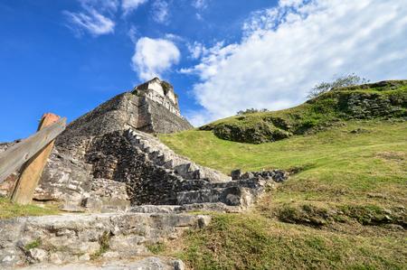 cultura maya: La principal pirámide El Castillo, en Xunantunich sitio arqueológico de la civilización maya en Belice Occidental