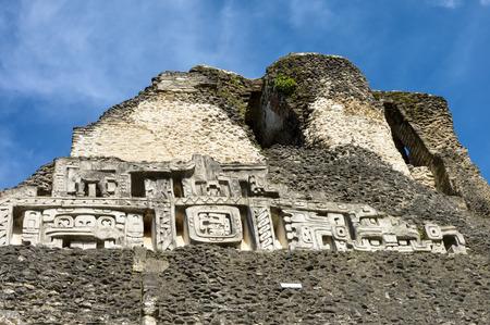 cultura maya: Cierre de las tallas en la principal pirámide de El Castillo, en Xunantunich sitio arqueológico de la civilización maya en Belice Occidental Foto de archivo