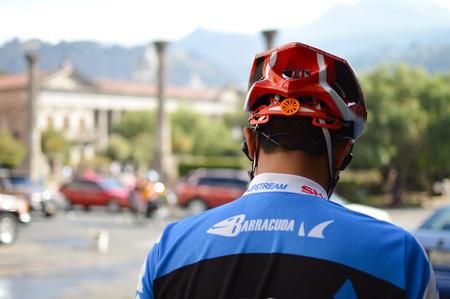 AFICIONADOS: Quetzaltenango, Guatemala - 8 de febrero de, 2015: ciclista amateur espera a que el tráfico a continuar la carrera por la ciudad el 8 de febrero de 2015, de Quetzaltenango, Guatemala