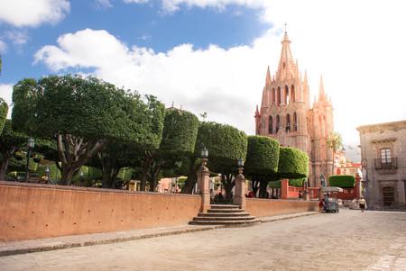 san miguel arcangel: San Miguel de Allende, Mexico - October 21, 2014: La Parroquia de San Miguel Arcangel on the main plaza of San Miguel de Allende. Guanajuato State, Mexico