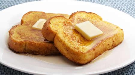 プレート: 白いプレート上にバターの部分とフレンチ トースト