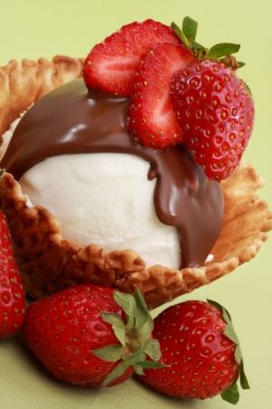 Vanilla Ice-cream in een wafel mand met chocolade en aardbeien Stockfoto