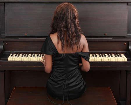 ピアノに座って美しい黒人女性の肖像画