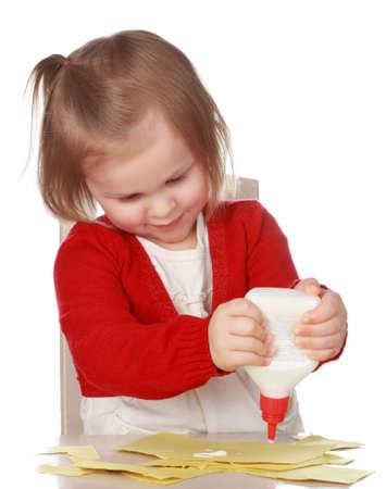 노란 종이와 접착제 놀고 귀여운 소녀