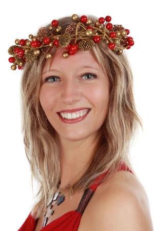 corona navidad: Linda joven llevando una corona de Navidad, fondo blanco Foto de archivo