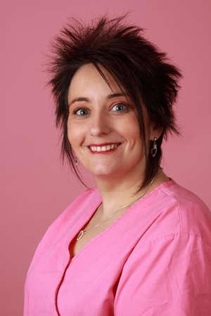 ordelijk: Closeup portret van Midden leeftijd vrouwelijke medische ordelijke dragen van roze uniform